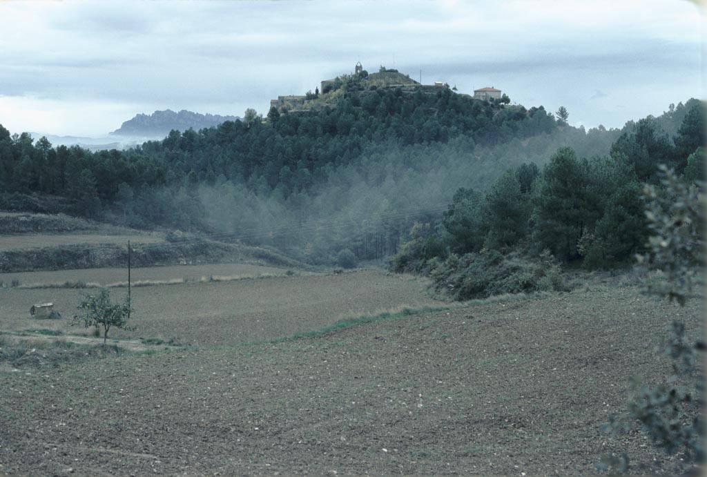 El poble de Castelltallat i les crestes de Montserrat al fons. Fons: Arxiu Memòria Digital de Catalunya.