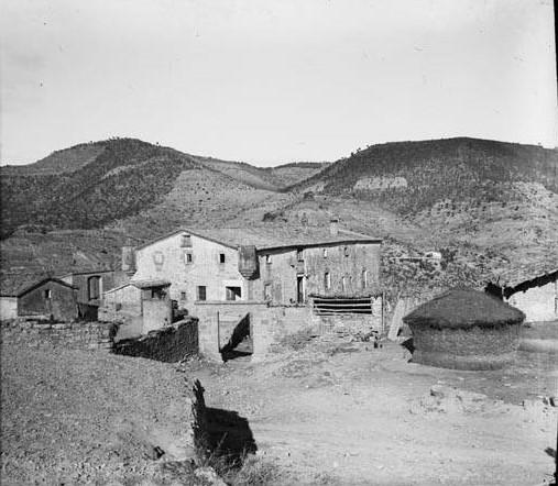 La masia de les Feixes de Coaner amb turons al fons. Fons: Arxiu de la Memòria Digital de Catalunya.
