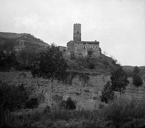 El castell de Coaner amb l'església de Santa Maria de Coaner a l'esquerra. Fons: Arxiu de la Memòria Digital de Catalunya.
