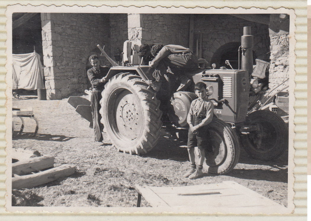 Posada apunt del Lanz de Biosca amb nen, a la roda. Fons: Arxiu Casa Biosca.